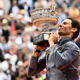全仏オープンテニス、男子シングルス決勝。トロフィーを手にポーズをとるラファエル・ナダル(2019年6月9日撮影)。(c)Martin BUREAU / AFP