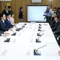 ヒアリ対策関係閣僚会議で発言する菅義偉官房長官(左端)=21