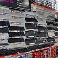クレバリー2号店の店内には、たくさんのキーボードが陳列されて