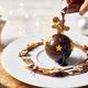 """ザ ストリングス 表参道の""""クリスマスオーナメント""""型チョコパルフェ、熱々のチョコソースと共に"""
