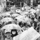 (写真)羽田新ルート反対を訴えパレードする人たち=21日、東京・表参道