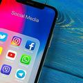 iPhone Xの画面にソーシャルメディアが表示されている
