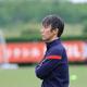 真剣な表情で練習を見つめる鹿島・相馬監督(C)KASHIMA ANTLERS