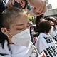 韓国ソウルの日本大使館前で、福島第1原子力発電所の処理水を海洋放出する日本政府の決定に対し、頭を丸めて抗議する人々(2021年4月20日撮影)。(c)Jung Yeon-je / AFP