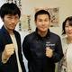 (左から)宇久正治会長、高山勝成氏、会長夫人の理恵マネジャー