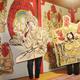 仏像をモチーフにした顔出し看板が並ぶ会場でポーズを決めるニシユキさん(左)ら