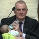 ニュージーランド 議長が赤ちゃん抱っこ、ミルクを与えながら議事を進める