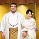 婚約発表会見で笑顔を見せる演歌歌手の杜このみさん(右)と高安関(2019年10月31日撮影)