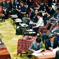 (写真)安倍晋三首相らに質問する笠井亮議員(左)=4日、衆院