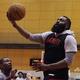 都内で練習する米プロバスケットボール(NBA)ヒューストン・ロケッツのジェームズ・ハーデン(右、2019年10月7日撮影)。(c)Toshifumi KITAMURA / AFP