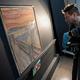 ノルウェーの画家エドバルト・ムンク作「叫び」にある落書きの執筆者特定のため赤外線スキャナーを使う、同国の国立美術館の学芸員。同国国立美術館提供(撮影日不明)。(c)AFP PHOTO / The National Museum of Norway/ BYLINE