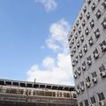 線路沿いに建ち並ぶ低料金で宿泊できるホテル(写真撮影/吉村智