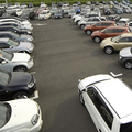さまざまなタイプの中古車が展示されている様子