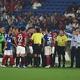 ゴールを巡る激しい議論で試合が一時中断【写真:Getty Images】