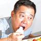 報道陣からプレゼントされたケーキを頬張る原辰徳監督