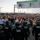スペイン・バルセロナのエルプラット空港への高速道路上で、スペイン警察と衝突するデモ隊(21019年10月14日撮影)。(c)Pau Barrena / AFP