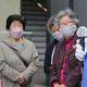 衆院選が公示され、大阪府内で声を張り上げ政策を訴える候補者(右)