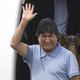 12日、亡命先のメキシコに到着し、手を振るボリビアのモラレス氏(AFP時事)