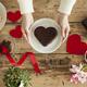 バレンタインの楽しみ方。男性からも女性にチョコを渡してみては?