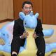 記者会見場でラプラス型スノーチューブに乗り込み、笑顔をみせる村井嘉浩知事=宮城県庁で2020年1月6日、滝沢一誠撮影