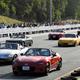 マツダ三次自動車試験場のテストコースをパレードする、ロードスターのオーナーたち=広島県三次市