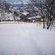 スキー場のコース外への立ち入り禁止を示す規制テープをくぐり、滑走を楽しむ人が後を絶たない=さかえ倶楽部スキー場提供