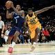 米プロバスケットボール(NBA)、デトロイト・ピストンズと契約を交わしたジョー・ジョンソン(左、2019年9月1日撮影)。(c)Harry How / GETTY IMAGES NORTH AMERICA / AFP
