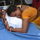 インド北部ビハール州ムザファルプールの病院で、急性脳炎症候群(AES)による子どもの死を嘆く女性(2019年6月19日撮影)。(c)STR / AFP