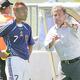 ドイツW杯オーストラリア戦で中田(左)に指示を出すジーコ監督(切り込み写真は茂庭)