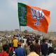 インド・西ベンガル州で、インド人民党(BJP)の旗を掲げて選挙運動に臨む党員ら(2019年4月3日撮影、資料写真)。(c)DIPTENDU DUTTA / AFP