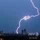 ベトナム・ハノイの地平線に落ちる雷(2020年5月13日撮影、資料写真)。(c)Manan VATSYAYANA / AFP