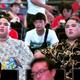 試合を観戦する貴ノ富士(左)と貴源治