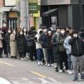 韓国・大邱の商店街で、マスクを購入するために並ぶ人々(2020年