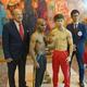 計量パス後に記念撮影する王者・田中恒成(右から2人目)と指名挑戦者ゴンサレス(同3人目)