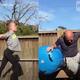応援したくなる!体操を習う娘に負けじと、技を真似しようとするパパ【映像】