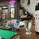 扉を開くとビリヤード場が!?日本酒にこだわる大阪の秘境酒場「巴うどん」とは…?