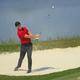 世界ゴルフ選手権シーズン初戦、ワークデー選手権最終日。2番でバンカーショットを打つロリー・マキロイ(2021年2月28日撮影)。(c)Sam Greenwood/Getty Images/AFP