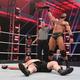 レスナー(下)を倒し、新WWE王者になったマッキンタイア(C)2020 WWE, Inc. All Rights Reserved.