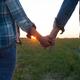 手を繋ぐ男性心理とは? シーン別に分析&男性が喜ぶ反応も