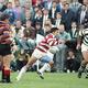 第2回ラグビーW杯のジンバブエ戦でゴールに向かって突進する吉田義人(中央)=1991年10月14日