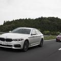 BMWとベンツの走行シーン