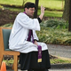 米メリーランド州ボーイの聖エドワード王証聖者カトリック教会の駐車場で、信徒のざんげを聞きながら十字を切るスコット・ホルマー神父(2020年3月20日撮影)。(c)MANDEL NGAN / AFP
