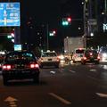 夜の繁華街にいるタクシー