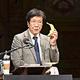 イグ・ノーベル賞の授賞式に登壇した渡部茂・明海大教授。バナナを子供に食べさせて唾液の量をはかる実験を行った=船越翔撮影