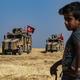 トルコ軍の車両を見るシリア人の子供(2019年10月4日撮影、資料写真)。(c)Delil SOULEIMAN / AFP