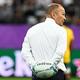 ラグビーW杯日本大会・準々決勝、イングランド対オーストラリア。試合前のウオームアップの様子を見守るイングランドのエディー・ジョーンズHC(2019年10月19日撮影)。(c)GABRIEL BOUYS / AFP