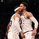 米プロバスケットボール(NBA)、フィラデルフィア・セブンティシクサーズのベン・シモンズ(右)とトビアス・ハリス(2019年4月18日撮影、資料写真)。(c)Elsa/Getty Images/AFP