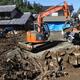 土砂崩れ現場では、土砂の除去作業が行なわれていた=23日、富岡市内匠(椎名高志撮影)