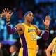 米プロバスケットボール(NBA)、ロサンゼルス・レイカーズと1年契約を交わしたドワイト・ハワード(中央、2013年1月29日撮影)。(c)FREDERIC J. BROWN / AFP