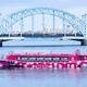 ピンクと水玉模様が印象的な屋形船